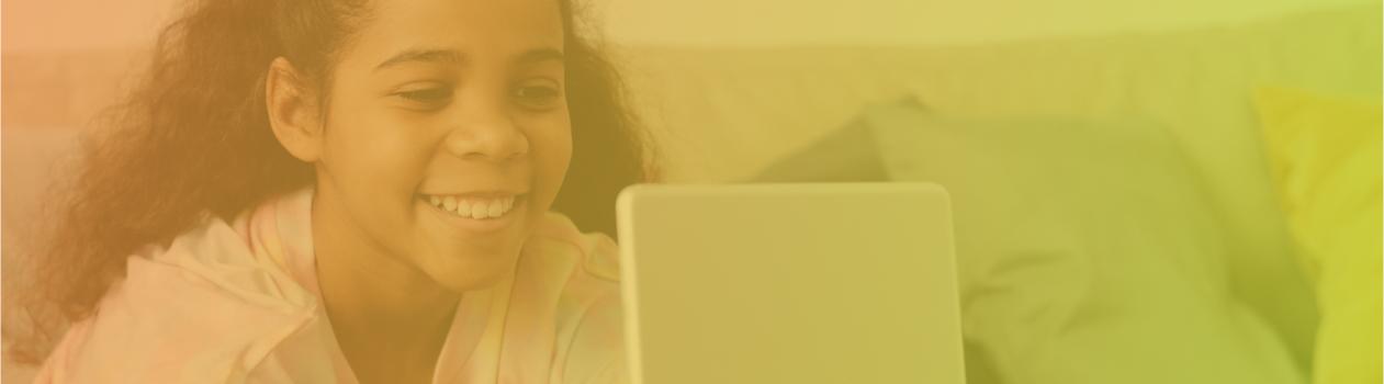 Banner com criança sorrindo olhando para a tela de um tablet
